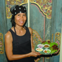 The culinary guru at Lotus Café is Ladda Simon, a native of Thailand. She displays Miang Kham, a pupu sampler unique to the restaurant that offers ginger, coconut, peanuts, lime and onion, plus dipping sauces with fresh Thai betel leaves.
